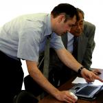 Tim-Colenbrander-geeft-uitleg-aan-de-laptop-8bits