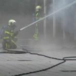 twee_brandweermannen_aan_het_blussen